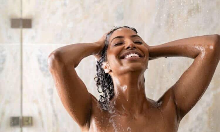Lo que debe tener el champú ideal según tu tipo de cabello y cómo usarlo de forma correcta