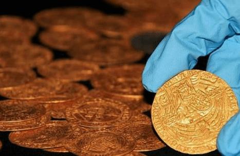Familia halla tesoro de monedas de oro enterrado en su jardín